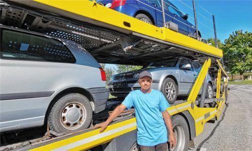 Christian Koal hat Fahrzeuge für mittellose Familien organisiert. Bis Donnerstag kurz vor Mitternacht hat er geschraubt, um auch das letzte fahrtüchtige Auto noch zu verladen. Jetzt ist es bereits auf dem Weg ins Ahrtal.Foto Enzinger