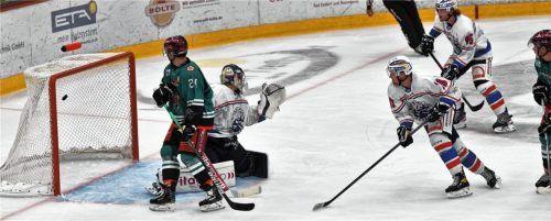 Das 2:0 für die Starbulls Rosenheim: Der Schuss von Aaron Reinig (nicht auf dem Bild) war unhaltbar. Foto Hans-Jürgen Ziegler