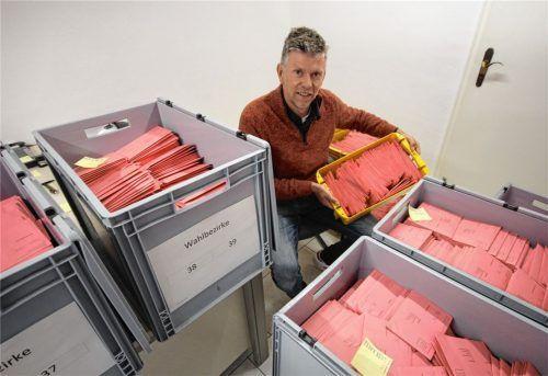 Das gibt einen neuen Briefwahlrekord: Franz Höhensteiger, Wahlleiter in der Stadt Rosenheim, hütet viele gut gefüllte Kisten, in denen sich Tausende rosafarbene Umschläge der Briefwähler stapeln. Foto Hadersbeck