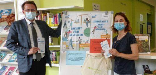 """Den Startschuss für die Stadtrallye """"Zukunft fair gestalten"""" geben Bürgermeister Stephan Schlier und Gabriele Huber von der Bücherei. Morgen beginnt die Aktion. Foto  Re"""