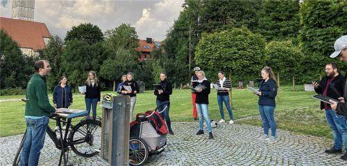 """Der Chor """"Just Voices"""" aus St. Wolfgang auf Radl-Konzert-Tour. Eine Station war der Lappacher Friedhof.Foto Weingartner"""