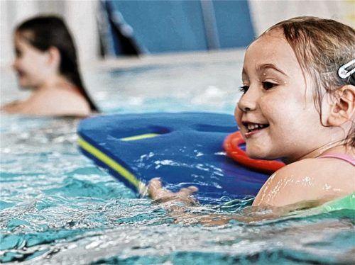 Der Freistaat Bayern stellt Gutscheine von 50 Euro für den Schwimmunterricht für Kinder zur Verfügung. Foto  DLRG