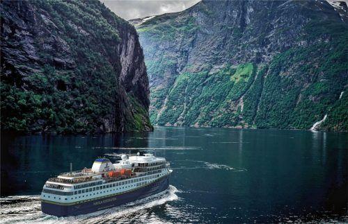 Der Geirangerfjord ist das Juwel der norwegischen Fjorde: eine üppig grüne Landschaft mit majestätischen Bergen. Erleben kann man sie an Bord eines Postschiffes. Foto djd/Havila-Voyages