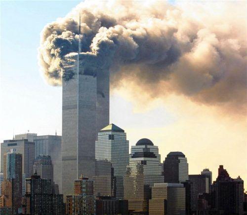 Der Tag, an dem islamistischer Terror die Welt mit bis dahin unbekannter Wucht traf: Am 11. September 2001 rasten zwei entführte Flugzeuge in das World Trade Center. Es starben 2753 Menschen. Der Anschlag hat bis heute Folgen, auch in Deutschland. Foto dpa