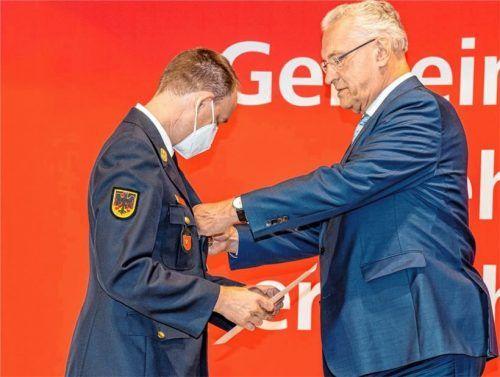 Der Traunsteiner Kreisbrandrat Christof Grundner erhielt die Ehrung von Innenminister Joachim Herrmann. Foto Hobmaier