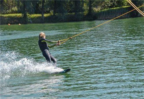 Der zwölfjährige Anouk Pilgram ist schon seit mehreren Jahren mit Wasserskiern unterwegs.