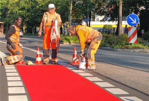 Die auffällige rote Farbe soll die Radfahrer dazu anhalten, an diesen Stellen in der Adlergebirgsstraße besonders gut aufzupassen. Foto  Grundner