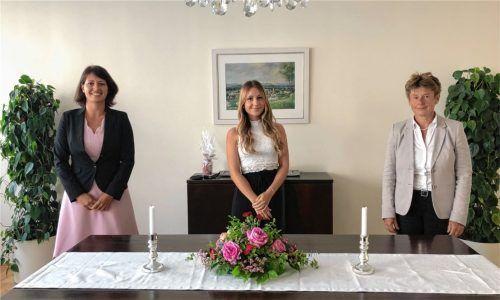 Die drei Standesbeamtinnen der Gemeinde Bad Endorf im Trauzimmer: Katharina Schneider (Leitung), Luisa Neigenfind und Irmengard Waldleitner (Stellvertreterin). Foto Koppetsch