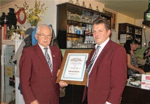 Die Ehrenvorsitzenden-Urkunde überreichte Ludwig Englbrecht (rechts) dem Jubilar Hermann Huber.Foto Huber