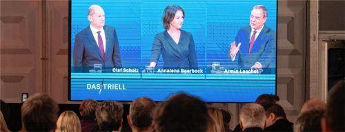 Die Kanzlerkandidaten während der Live-Diskussion im Fernsehen.