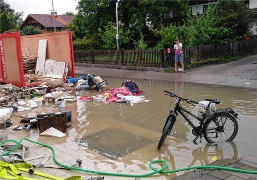 Die Margeritenstraße in Götting im Bereich des Kanaldeckels zwei Tage nach der Sturzflut vom 26. Juli. Normaler Regen sorgte für diesen Rückstau des Oberflächenwassers. Foto  Re