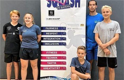 Die Rosenheimer Squash-Spieler (von links): Marcel Anders, Hanna Kumberger, Stefan Wanderl, Rudi Rohrmüller, Simon Wanderl. Foto RSQV