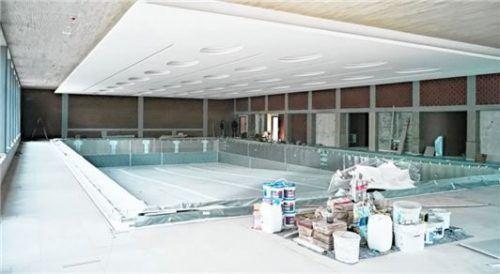 Die Schwimmhalle ist noch nicht fertig, es ist noch einiges zu tun.