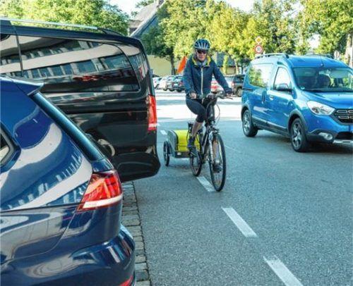 Die Stellplätze an der Hochriesstraße sowie das Ein- Und Ausparken dort sind Alltagssituationen aber auch Gefahrenquellen für Radfahrer.