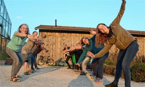 Die Teilnehmer des Jodelkurses wärmen sich mit vollem Körpereinsatz im Kurpark auf. Links Kursleiterin Ruth Seebauer. Foto Ammelburger