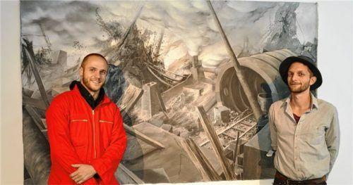 """Die Wiener Künstler Andreas Tanzer (rechts) und Jeremias Altmann mit ihrem Werk """"grey time"""".Fotos Hoffmann"""