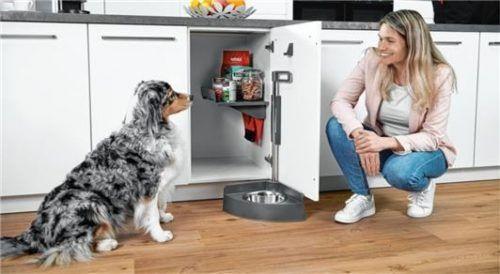 Diese innovative Futterstation für Küchen und Hauswirtschaftsräume passt an jede Küchenschrank-Drehtür ab 40 cm Breite und kann nachgerüstet werden.