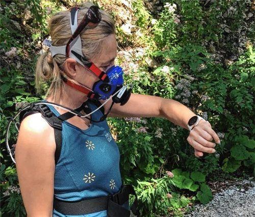 Dr. Birgit Böhm vermisst den Herzweg in Aschau in voller Montur.Foto  Eisenberger