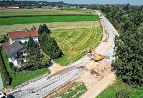 Ein 2,3 Kilometer langer Abschnitt auf der B15 bei Rott wird neu asphaltiert. Foto Klemmer