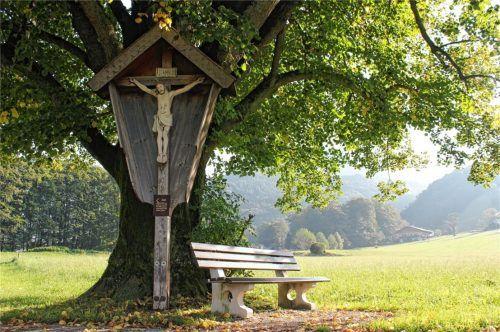 Eine braune Parkbank in der Nähe der evangelischen Kirche im Gemeindebereich Aschau. Für sie, wie für alle 360 Parkbänke, kann eine fünfjährige Patenschaft übernommen werden.Foto  H.Reiter