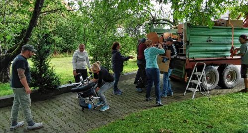 Eltern, Kindergartenpersonal und die Feuerwehr haben zusammengeholfen, damit der Kindergarten St. Johann Baptist ins Pfarrheim kann, das ihm als provisorische Unterkunft dient.Foto  Privat