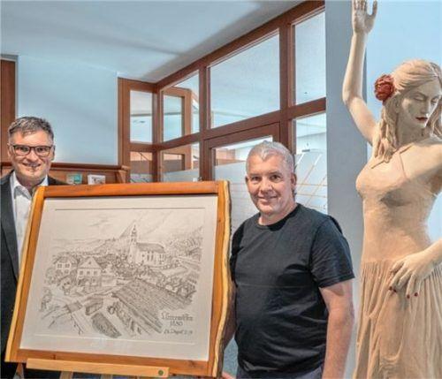 """Engelbert Pletschacher (links) und Christian Dögler präsentieren das Bild """"Unterwössen 1830"""".Foto re"""