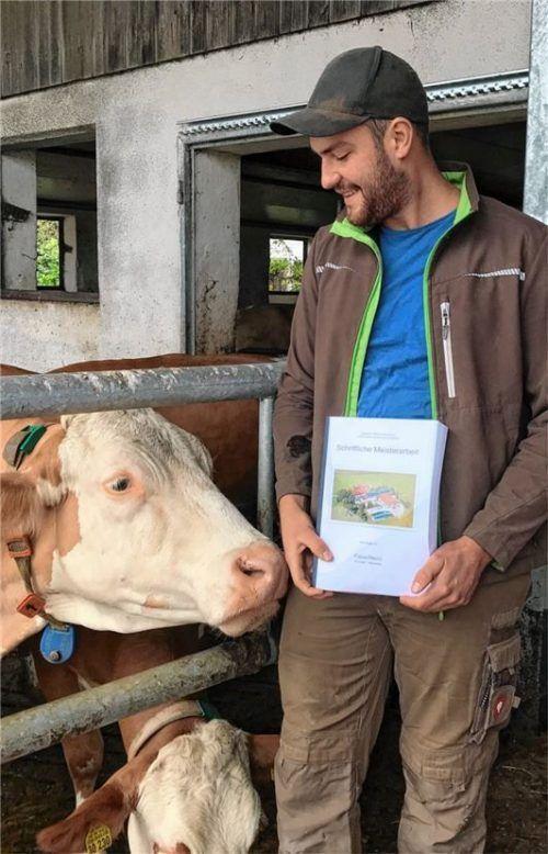 Fabian Pöschl aus Albaching hat eine Hunderte Seiten dicke Meisterarbeit über die Umstellung von konventioneller Landwirtschaft auf Biolandwirtschaft geschrieben. Die Kuh im Bild findet sie auch interessant. Foto Schöne