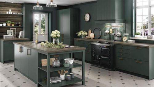 Gemütliche Wohnküche mit seidenmatt lackierten Fronten und stilgerechten Elementen im dezenten Cottage-Look. Foto AMK