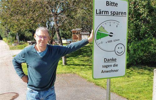 Germar Krone mit seinen selbstentworfenen Lärmschutz-Schildern für Unterlaus.Fotos  Becker
