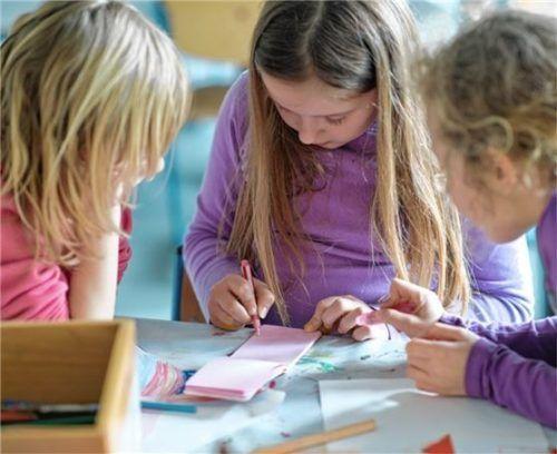 Grundschülerinnen bei der Mittagsbetreuung: Damit sie gut versorgt sind, steuert Bernau über 40000 Euro bei. Foto dpa