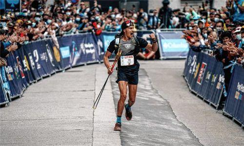 Hannes Namberger kam nach 22:22:06 Stunden ins Ziel – den Erfolg des Ruhpoldingers bejubelten auch zahlreiche Fans an der Strecke. Foto Kolk
