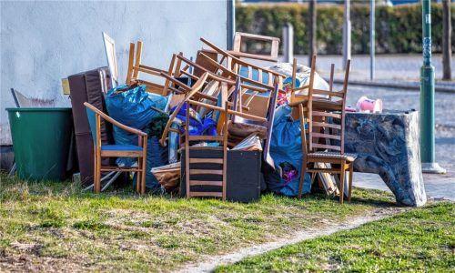 Illegale Müllablagerung und Unterschlagung einer Couch: Ein Neumarkter Vermieter landete nach einem Streit mitseiner Mieterin vor dem Amtsgericht Mühldorf. Foto  dpa/Picture Alliance