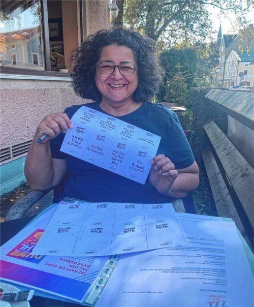 """Irene Durukan, Vorsitzende des Aiblinger Vereins """"Mut & Courage"""", hat die Mutmach-Sprüche für den Aktionstag schon vorbereitet. Foto  Mischi"""