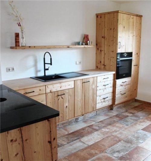 Jede Küche ein Unikat: die Küche aus Fichten-Altholz ist ein echter Blickfang. Foto max rupp