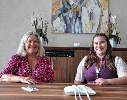 Karoline Peidli (links) ist die neue Leiterin des Standesamtes in Feldkirchen-Westerham, Magdalena Reitmeyer ihre Stellvertreterin.Foto  Merk