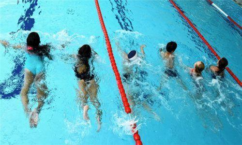 Kinder im Schwimmbad: Der Sport im Wasser stärkt nicht nur den Körper, sondern verleiht Ausdauer auch an Land. Schwimmtrainer aus Prien und Bernau plädieren für einen Schwimmkurs noch vor dem Schuleintritt.Foto  dpa