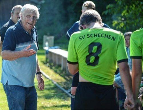 Klare Ansagen: Richard Neumeier während der Pause mit den Spielern vom SV Schechen.Foto Franz Ruprecht