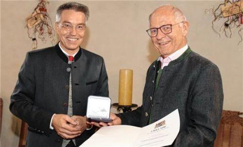 Landrat Otto Lederer (links) überreicht die Auszeichnung an Rupert Rußwurm auf Schloss Hartmannsberg. Foto Auer