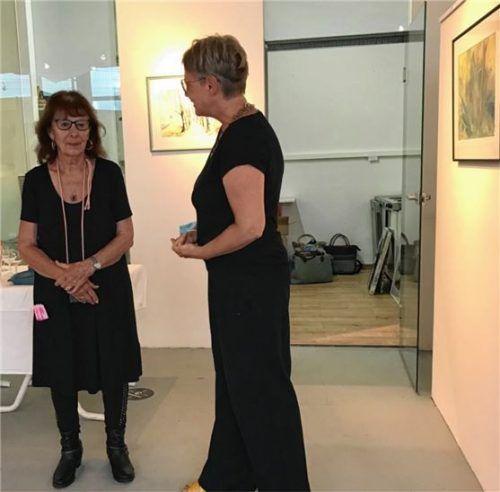 Landschaften und Blumenfelder zeigen die Bilder der Malerin Roswita Ilona Baumann (links), die mit der Kunstvereinsvorsitzenden Martina Thalmayr im Künstlergespräch über ihre Malereien spricht.Foto  Bösswetter