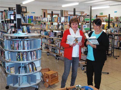 Lesestoff für Jung und Alt: Monika Freiberger (links) und ihre Mitarbeiterin Martina Niederlechner sorgen in Eiselfing für abwechslungsreiche Lektüre. Foto Weithofer