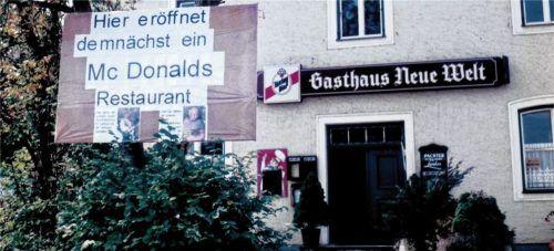 Mit diesem Plakat sorgten unbekannte Täter vor 26 Jahren für viel Aufregung in Mühldorf. Foto  Bauer