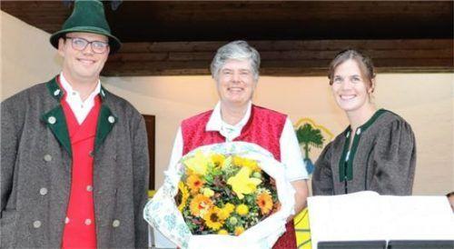 Mit einem großen Blumenstrauß bedankten sich Simon Pertl, Vorsitzender der Aschauer Musikkapelle, und Jugendleiterin Anna Mayr bei Capucine Mühlbauer.Foto re