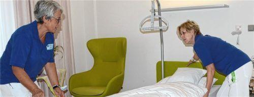 Monika Brich (links) und Andrea Maurer richten die Betten in einem der Zimmer im Demenzhaus her.Foto ammelburger