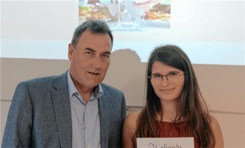 Obermeister Werner Daumoser gratulierte seiner Bäckereifachverkäuferin Bettina Schwarzenbeck zum hervorragenden Berufsabschluss. Foto Maier
