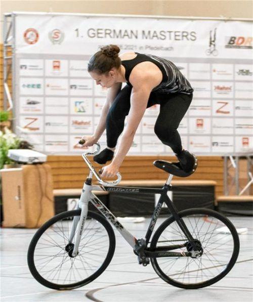 Ramona Dandl beim Aufbau zum Sattellenkerstand auf den ersten German Masters im baden-württembergischen Pfeldelbach bei Heilbronn.Foto Privat