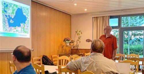Referent Uwe Holst erläutert bei der Auftaktveranstaltung im Gasthaus Alpenblick die Managementplanung in der Priener Region.Foto Hötzelsperger
