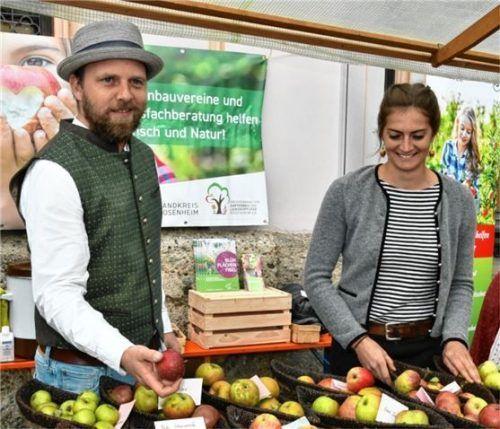 Roman Pröll und Susanne Summerer sind Kreisfachberater für Gartenkultur und informieren über alte Apfelsorten.