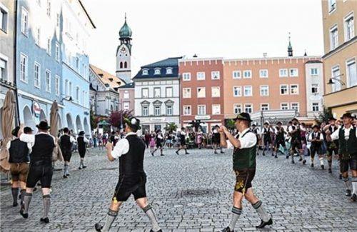 Schuhplattler unterhielten die Zuschauer am Ludwigsplatz.  Fotos  Marga leingartner
