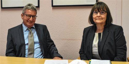 Schulamtsdirektor Hans Wax und Schulamtsdirektorin Gabriele Rottmüller sind für das Schuljahr gerüstet. Foto  Bauer