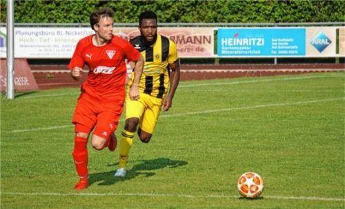 Sebastian Marx (links) traf zum 1:0 für Bruckmühl.Foto SVB